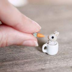 Tiny baby bunny in a mug set - miniature clay rabbit with carrot Diy Fimo, Crea Fimo, Polymer Clay Kawaii, Polymer Clay Animals, Fimo Clay, Polymer Clay Projects, Polymer Clay Charms, Polymer Clay Creations, Polymer Clay Miniatures