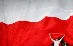 Polscy kibice pod wielką flagą podczas treningu reprezentacji