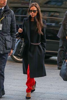Victoria Beckham's Outerwear Style - Victoria Beckham's outerwear style is too chic and too cool. Fashion Foto, Look Fashion, Autumn Fashion, Fashion Outfits, Womens Fashion, Fashion Tips, Fashion Trends, Fashion Scarves, 1950s Fashion