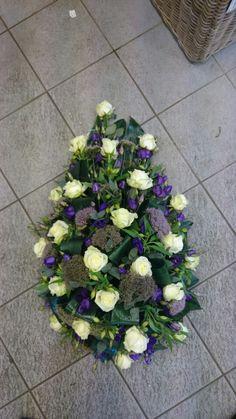 Druppel rouwstuk Funeral Arrangements, Flower Arrangements, Sympathy Flowers, Funeral Flowers, Ikebana, Succulents, Floral Wreath, Wreaths, Plants