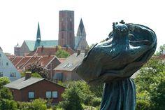 Dronning Dagmar skuer ind mod Ribe. Statue af Anne Marie Carl-Nielsen.