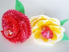 Make beautiful flowers out of baking cups and Tootsie Pops. A great way to give a sweet treat to your Valentine. #ValentinesDayIdeas #ayearofcelebrations www.skiptomylou.org