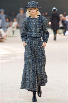 Guarda la sfilata di moda Chanel a Parigi e scopri la collezione di abiti e accessori per la stagione Alta Moda Autunno-Inverno 2017-18.