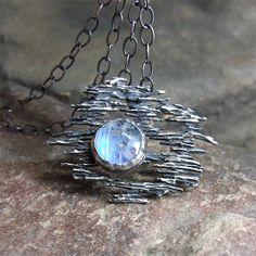 ZOFIA GłADYSZ - wisior z kamieniem księżycowym. Delikatny, lekki wisior - srebro i kamień księżycowy. Srebro pr. 925, oksydowane, przetarte.