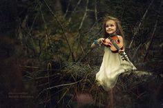 Фото Маленькая девочка играет на скрипке, фотограф Наталья Законова
