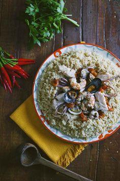 Il couscous di pesce è un piatto unico succulento, con una ricca e saporita zuppa d'accompagnamento che trasformerà una cena in un sogno!