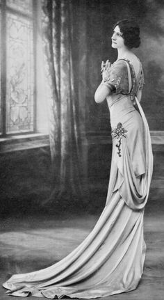 Tanagréenne back drape on Sylphide dress, 1908, designed by Jeanne Margaine-Lacroix visionary designer who changed the line of fashion. Here is an example of her slender, corsetless line, the robe-tanagréenne. It is worn by her favourite model, who small bust and simple hairstyle were avant-garde for the time and contrasted strongly with the generally accepted ideals of fashionable feminine beauty in the first decade of the twentieth-century (text from…