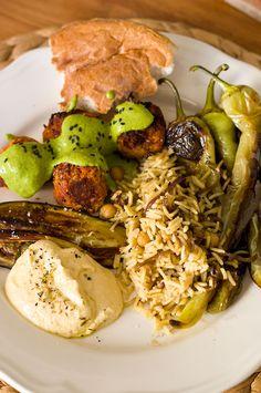 Messeteller: Rote Linsenbällchen mit Limetten-Kräuter-Soße, Hummus, Vadouvan-Reis und Gemüse