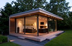 KELLER minimal windows work beautifully in this space space. It helps simplify the architecture creating an inspiring modern space. Backyard Office, Backyard Studio, Backyard Sheds, Garden Office, Outdoor Office, Backyard House, Contemporary Garden Rooms, Garden Pods, Glass Garden