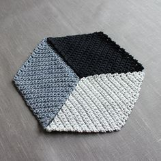 Meine 365-Tage-Häkeldecke… entschieden habe ich mich für eine geometrische Variante. Rauten aus schwarz und dunklem und hellem grau (die Anleitung findest Du weiter unten). Zusammengesetzt ergibt sich dann ein 3D-Effekt. Ich finde alle die tollen bunten Granny-Varianten sehr schön. Aber in unser Zuhause und zu mir passen sie leider nicht. Daher dieses schlichte aber doch …
