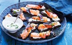 Ristet rugbrød med laks og limecreme Toasted rye bread with salmon and lime cream - Recipes - Arla Canned Salmon Recipes, Smoked Salmon Recipes, Y Food, Food And Drink, Tapas Recipes, Healthy Recipes, Shellfish Recipes, Yummy Eats, Cream Recipes