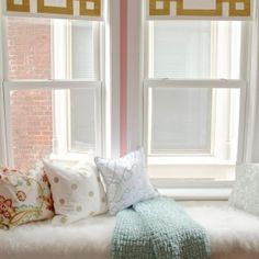 Nice How to dress up simple roller shades using gold duct tape in a Greek Key design. The post How to dress up simple roller shades using gold duct tape in a Greek Key design…. appeared first on Decor Designs . Bedroom Curtains With Blinds, Diy Curtains, Blackout Curtains, Striped Curtains, Kitchen Window Treatments, Roller Shades, Greek Key, Design Furniture, My New Room