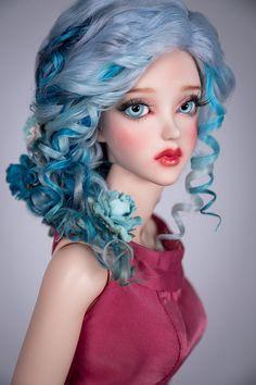Dieses Produkt hat einen Rabatt von $10 auf unserer Website - http://amadiz-studio.com/  Natürliche Angora benutzerdefinierte Perücke.  Luxus geflochtene Perücke mit den wunderschönen farbigen locken und Blumen für Ihre Puppe. Blumen sind im Preis inbegriffen und abnehmbar.  Die Perücke hat eine elastische Kappe der weißen Farbe mit einem Gummiband, dass du eine Silikonkappe nicht. ~ Unsere Perücken sind vielseitig, sie eignen sich für viele Puppen mit einem ähnlichen Kopfgröße! ~  Sie…