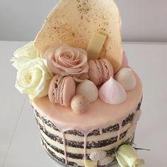 Soft pink and gold drizzle. #nakedcake #nakeddrizzlecake #nakedcakewithfreshflowers Meringues by /sugarcubecandy/