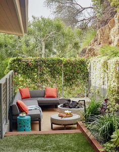 Who said DIY and budget décor must look cheap? This blog post is all about showing you great ideas on backyard upgrades on a budget you can assemble at your taste. Either you have a small garden or a long backyard; there are landscaping, furniture and décor ideas low on price yet million-bucks looking you can get! These backyard upgrades on a budget promise to help you in getting the best result with the lowest prices! #patiodecor #frontyard #backyarddiy Garden Ideas Budget Backyard, Small Backyard Design, Budget Patio, Small Backyard Landscaping, Landscaping Tips, Patio Ideas, Garden Design, Small Patio, Backyard Decorations