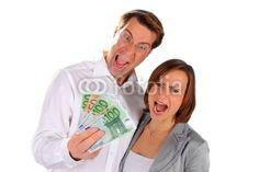 Junges Paar streitet über Geld