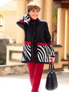 Die Kirschsaison ist vorbei? Nicht für Paola! Wie finden Sie ihre originelle Kombination aus kirschroter Hose und Jacke mit Zebramuster-Abschluss? Darin ist sie doch ein absoluter Hingucker, oder? | Zur Strickjacke. #Mode