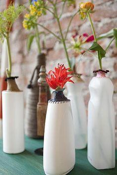 vaasjes van plastic flessen met een gehaakt randje