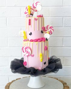 Wiggle it 🖤💗💛 Emma wiggles inspired beauty fit with tutu and all! #cake #design #event #pretty