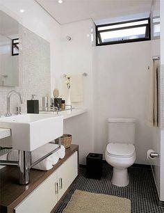 Neste banheiro de 4,70 m², a pastilha de vidro transparente (Vidrotil) é puro enfeite. O que protege mesmo as paredes da umidade, inclusive as do boxe, é uma camada de tinta epóxi brilhante. Projeto do escritório Forte, Gimenez e Marcondes Ferraz.