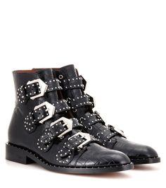 Givenchy - Verzierte Ankle Boots Elegant aus Leder mit Krokodillederprägung - Die Elegant Ankle Boots von Givenchy sind mit ihrem Signature-Look aus schwarzem Leder mit Krokodillederprägung sowie den silberfarbenen Schnallen und Mininieten an Riemen und Sohlenrahmen coole Power-Pieces, die Ihre Looks mit Grunge-Chic krönen. seen @ www.mytheresa.com