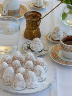 Food for thought: Αμυγδαλωτά Greek Sweets, Greek Desserts, Greek Recipes, My Favorite Food, Favorite Recipes, Group Meals, Sweet And Salty, Food For Thought, Macarons