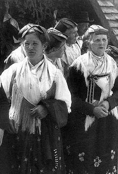Frauen aus dem Schapbachtal  Typisches Element dieser Tracht ist die Haube, deren Kappenband über der Stirn eine flache Schleife bildet. Der... #Schapbach