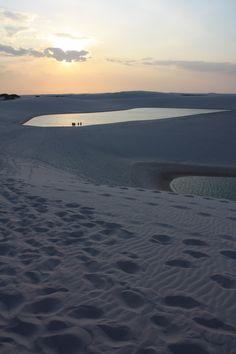 Puesta de sol en las dunas y lagunas de agua dulce de los lençois mranhenses (Brasil) un paisaje alucinante