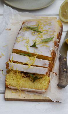 Citronkage med frisk, hvid glasur med citronsmag