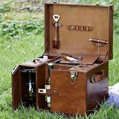 An impressive leather case to carry bottles, glasses and ice. The ultimate leather bar, and the ultimate country Christmas gifts. Bucket With Lid, Country Christmas, Leather Case, Travel Bags, Wine Glass, Luxury, Drinks, Gifts, Accessories