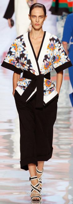 See all the Collection photos from Etro Spring/Summer 2013 Ready-To-Wear now on British Vogue Runway Fashion, High Fashion, Fashion Beauty, Fashion Show, Fashion Outfits, Fashion Trends, 1940's Fashion, Mode Kimono, Kimono Style