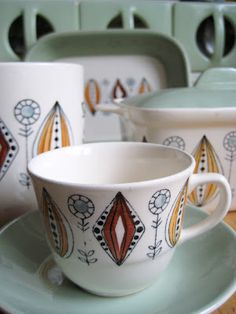 Retro Scandinavian: Egersund løkmønster Vintage Tableware, Vintage Dishes, Vintage China, Vintage Love, Vintage Kitchen, Retro Vintage, Scandinavian Living, Vintage Pottery, Nordic Style