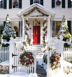 Hauseingang festlich dekorieren formale Deko Weihnachtskranz Tannenbaum