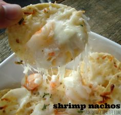 Easy Shrimp Appetizer: Shrimp Nachos with Creamy Garlic Cheese Sauce – Appetizers Shrimp Nachos, Shrimp Appetizers, Yummy Appetizers, Appetizer Recipes, Shrimp Dip, Beach Appetizers, Garlic Shrimp, Garlic Sauce, Seafood Dishes
