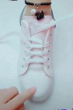 Buket Coşkun The post DIY unglaubliche Schnürsenkel Guide! Buket Coşkun 2019 appeared first on Lace Diy. Ways To Lace Shoes, How To Tie Shoes, Lace Up Shoes, Your Shoes, Cute Shoes, Diy Clothes And Shoes, Diy Clothes Videos, Ways To Tie Shoelaces, Diy Fashion