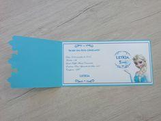 Lindos convites para festa de aniversário tema Frozen, feitos em papel metalizado branco 120g de alta qualidade e papel azul color plus 180g. Decorado com delicados flocos de neve e pérolas. - Impressão a laser de alta qualidade. - Quantidade mínima: 10 unidades. - Tamanho 16,5 x 8,5 cm - P...