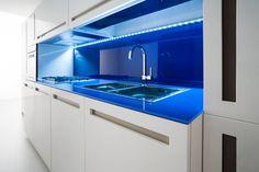 Witte keuken met blauw kookgedeelte