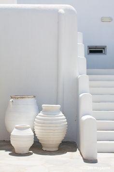 White stonewashed wall, stairs and planters in Mykonos, Greece Home Design, Interior Design, Mykonos Hotels, Greek House, Interior Minimalista, Shades Of White, Mediterranean Style, White Aesthetic, Interior Exterior