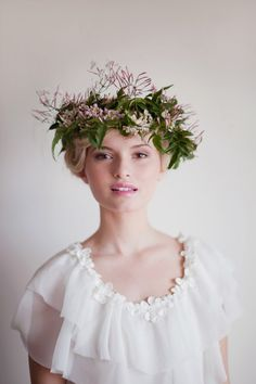 Bohemian bride with a beautiful flower crown. Photo from: studiohomeonline Floral Headpiece, Headpiece Wedding, Wedding Crowns, Wedding Girl, Bridal Crown, Bridal Hair, Corona Floral, Autumn Bride, Jasmin