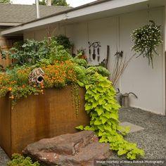 Rustic-Materials-in-Garden--Ann-Davenport