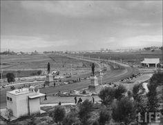 La revista Life publicaba una imagen de los Indios Verdes al termino de la Av. de los Insurgentes y la salida de la carretera México-Pachuca. Vista hacia la Ciudad de México. ca. 1940