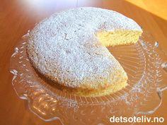 """""""Rømmekake"""" er etter min mening en av de enkleste og beste kakene som finnes. Deigen skal bare røres sammen og du kan variere kaken med mange ulike typer smakstilsetninger (se tips). Bread Cake, Camembert Cheese, Panna Cotta, Muffin, Food And Drink, Nutrition, Cookies, Baking, Breakfast"""