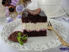 W tym cieście znajdziecie kilka smaków. Jest czekoladowy, słodki i kwaśny. W całości się uzupełniają a ciasto jest delikatne i rozpływa się w ustach.Trochę przypomina smak wuzetki.