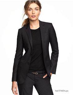 24 Sportief vrouwelijk colbert gemaakt van Loro piana wol in zwart