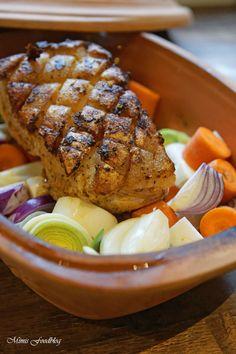 Schweinekrustenbraten aus dem Römertopf ist eine schonende Zubereitungsweise für den Sonntagsbraten. Dazu gibt es geschmortes Wurzelgemüse.
