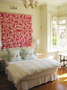 Cabecera de cama en tela. House Tour: Camilla's Armadale Abode Melbourne | Apartment Therapy