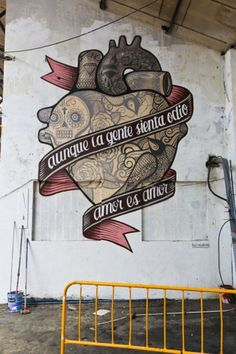 """Aunque la gente sienta odio amor es amor"". ""Even though people feel hate, love is love"". #graffiti #art"