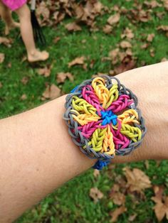 oh my goodness! this is a really cool rainbow loom bracelet! Bracelets Rainbow Loom, Rainbow Loom Bands, Rainbow Loom Patterns, Rainbow Loom Creations, Cool Stuff, Crazy Loom, Silvester Make Up, Loom Love, Rubber Band Crafts