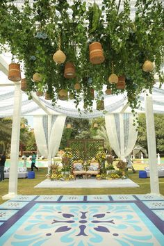 Simple & DIY Decor Ideas for your Mehendi/Haldi function at Home. With Backdrops and Flowers, We have so many Ideas for you.#shaadisaga #indianwedding #mehendidecorideas #mehendidecorideasathome #mehendidecorideassimple #mehendidecorideasoutdoor #mehendidecorideasbackdrops #mehendidecorideasdiy #mehendidecorideasathometerrace #mehendidecorideasathomesimplediy #mehendidecorideassatgedecorations #mehendidecorideasbackdropphotobooths Mehendi Decor Ideas, Mehndi Decor, Wedding Scene, Easy Diy, Simple Diy, Elegant Outfit, Jaipur, Luxury Wedding, Haldi Function