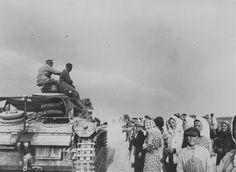 1941, Union Soviétique, Un char de commandement allemand Pz.Bfw.III Ausf.H (Panzer III Befehlwagen Ausf.H) passe devant un groupe de civils